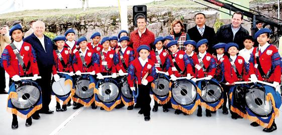"""El presidente Enrique Peña Nieto interactuó con alumnos de la escuela primaria """"Juventino Rosas"""", en Ecatepec, Estado de México."""