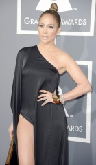 Expertos en moda aseguran que J.Lo fue la más sexy durante la entrega de la 55 edición de los Grammy.