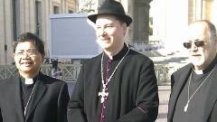 Un sujeto vestido de obispo intentó colarse al recinto donde celebrarán el cónclave para elegir al sucesor de Benedicto XVI.