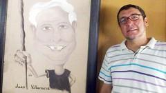 El billar lo traemos en la sangre, dice Roberto Villanueva Guerrero, junto a la caricatura que corresponde a su abuelo.