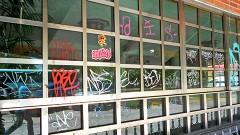Cristales y paredes graffiteados.