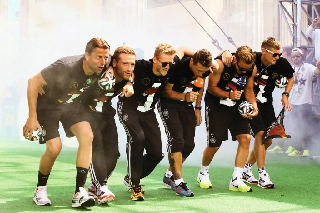 Durante el festejo en la Puerta de Brandenburgo, jugadores de la selección campeona del mundo se mofaron del equipo argentino.