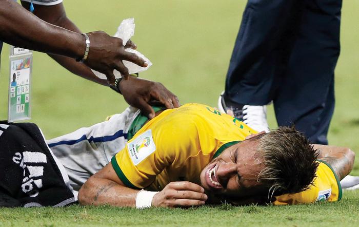 La lesión sufrida por Neymar durante el encuentro con Colombia evoluciona de manera satisfactoria, anunció el equipo español Barcelona.