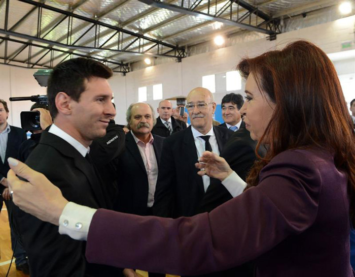 La presidenta de Argentina, Cristina Fernández, saluda al futbolista Lionel Messi en el Aeropuerto Internacional de Ezeiza, en Buenos Aires.