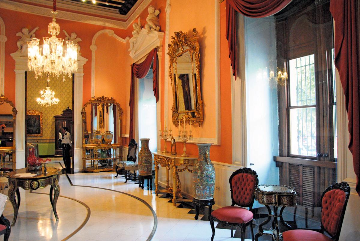 Las salas de estar poseen gran lujo y estilo.
