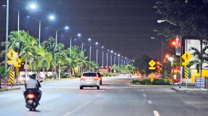 Además de aumentar el alumbrado, se reemplazan las lámparas con tecnología LED, lo que reduce el consumo de energía y el gasto económico.